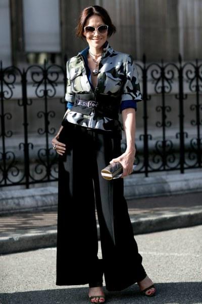 pantalone a palazzo neri su giacca fantasia