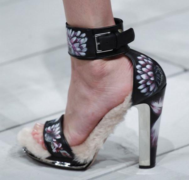 sandali con la fibia