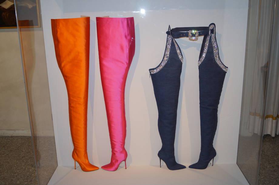 stivali-alti-sopra-il-ginocchio-quelli-in-denim-realizzati-in-collaborazione-con-rihanna