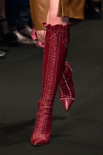 stivali stringati borgogna con borchiette Altuzarra