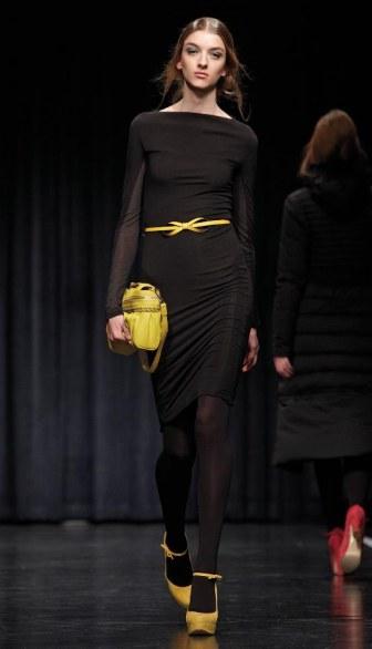 twin-set-simona-barbieri-sfilata-abito-nero accessori gialli